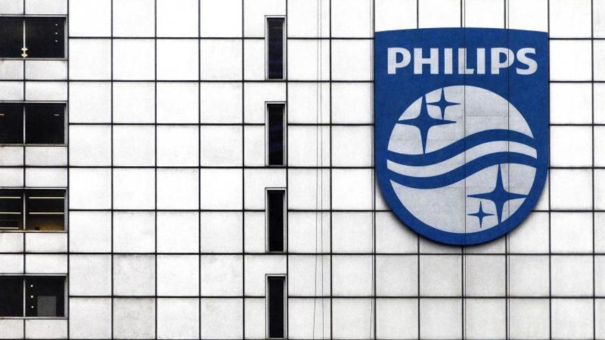 En la imagen, logotipo de la empresa de electónica Philips en su oficina central de Amsterdam (Holanda).