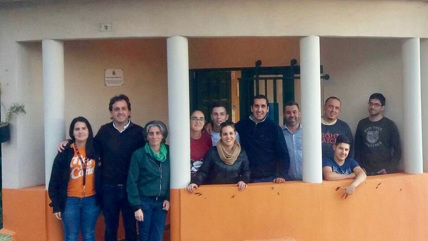 El alcalde de Breña Baja, Borja Pérez (c), y otros miembros del Ayuntamiento, con representes del proyecto 'La Colmena Breña Baja +Jóven'.