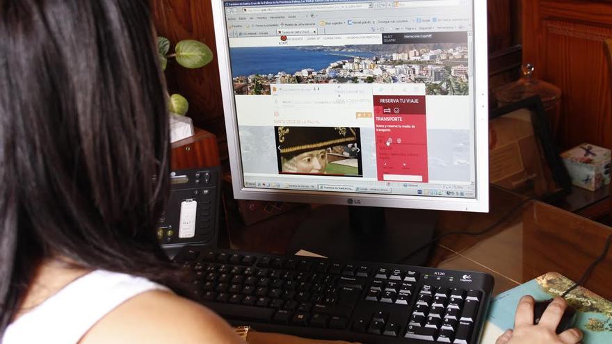 En la imangen, una joven observa el vídeo de la capital.