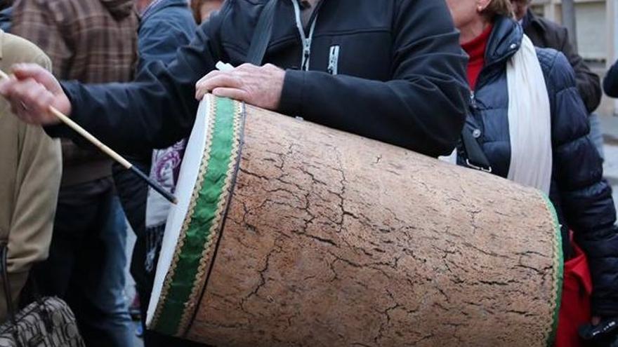 La zambomba es un elemento esencial en las calles de Guadalajara en Navidad