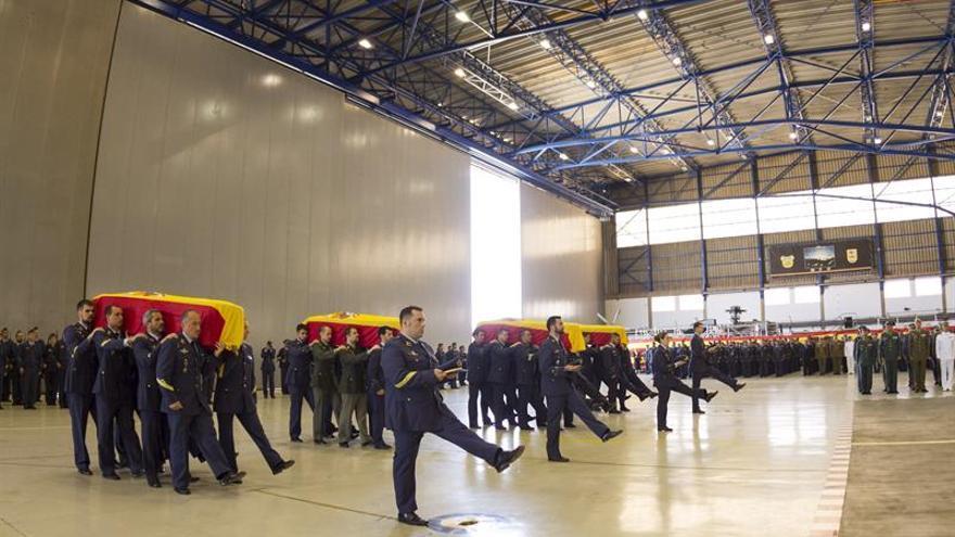Compañeros de los cuatro militares fallecidos el pasado 19 de marzo, pertenecientes al escuadrón 802 del Escuadrón del Servicio Aéreo de Rescate (SAR) portan sus feretros en el funeral celebrado en la Base Aérea de Gando, en Gran Canaria. EFE/Ángel Medina G.