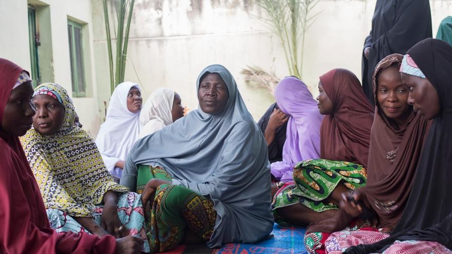 Algunas integrantes de la Asociación de viudas de Future Prowes se sientan en el patio de la escuela. Future Prowess Islamic Foundation School, Maiduguri, estado de Borno, Nigeria.