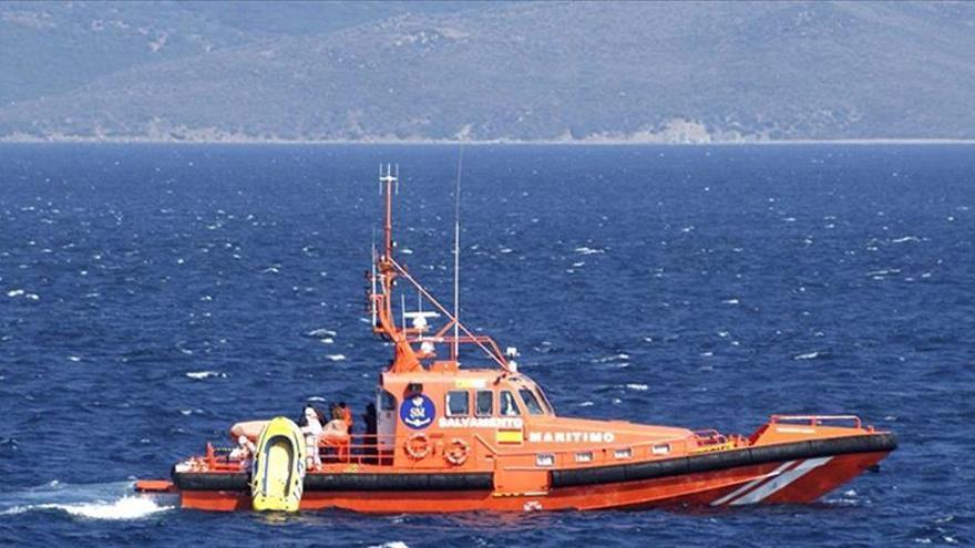 Fotografía facilitada por el Ministerio de Defensa desde el patrullero vigía P-73, encargado de patrullar el Estrecho de Gibraltar y apoyar a las operaciones de salvamento en coordinación con el Centro de Coordinación de Salvamento (CCS) de Tarifa. EFE/Archivo