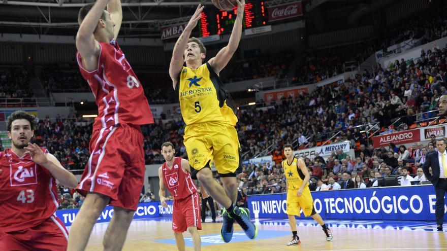 Richotti entra a canasta en el partido ante el CAI Zaragoza. FOTO: ACB Photo/R. Comet