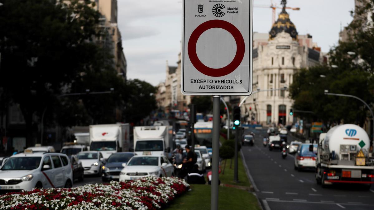 Vista de una señal que marca la entrada al perímetro de Madrid Central. EFE/ Mariscal/Archivo