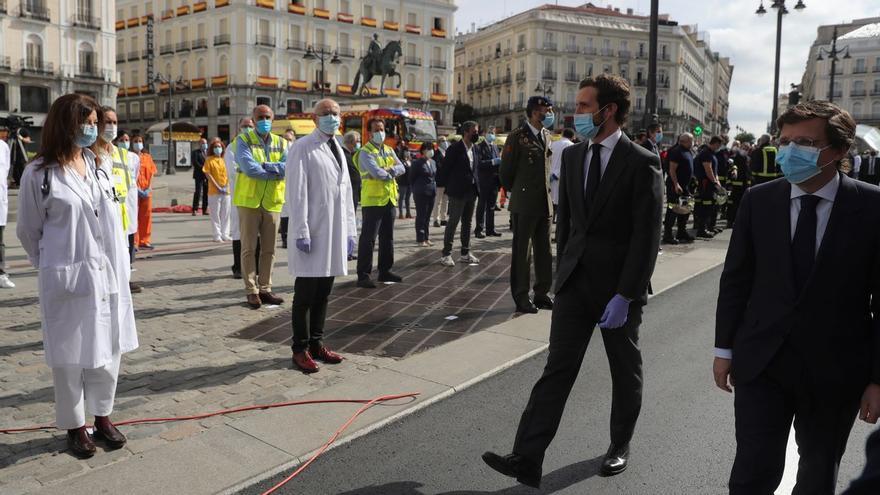 Pablo Casado pasando revista a la sociedad civil en Madrid el 2 de mayo