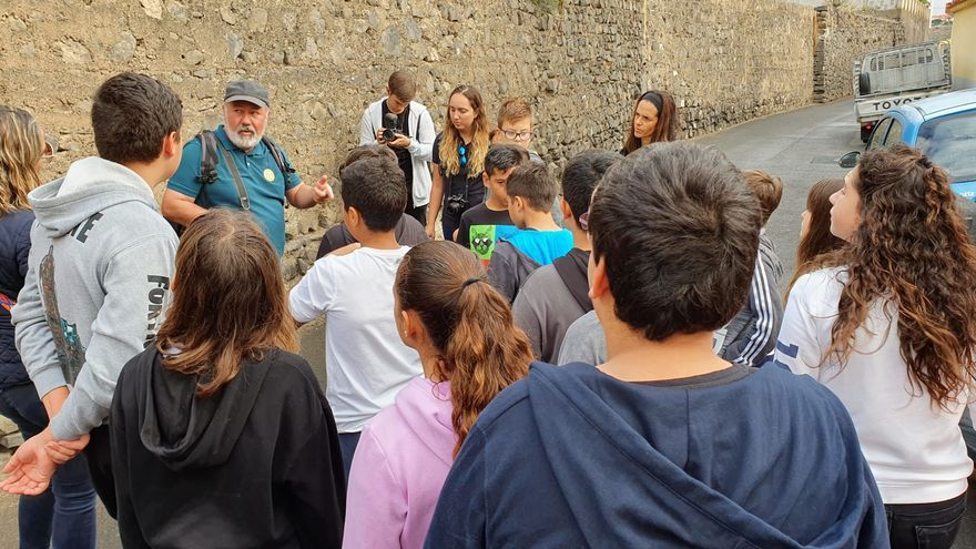 Guía en Tenoya guía a varios niños y niñas.