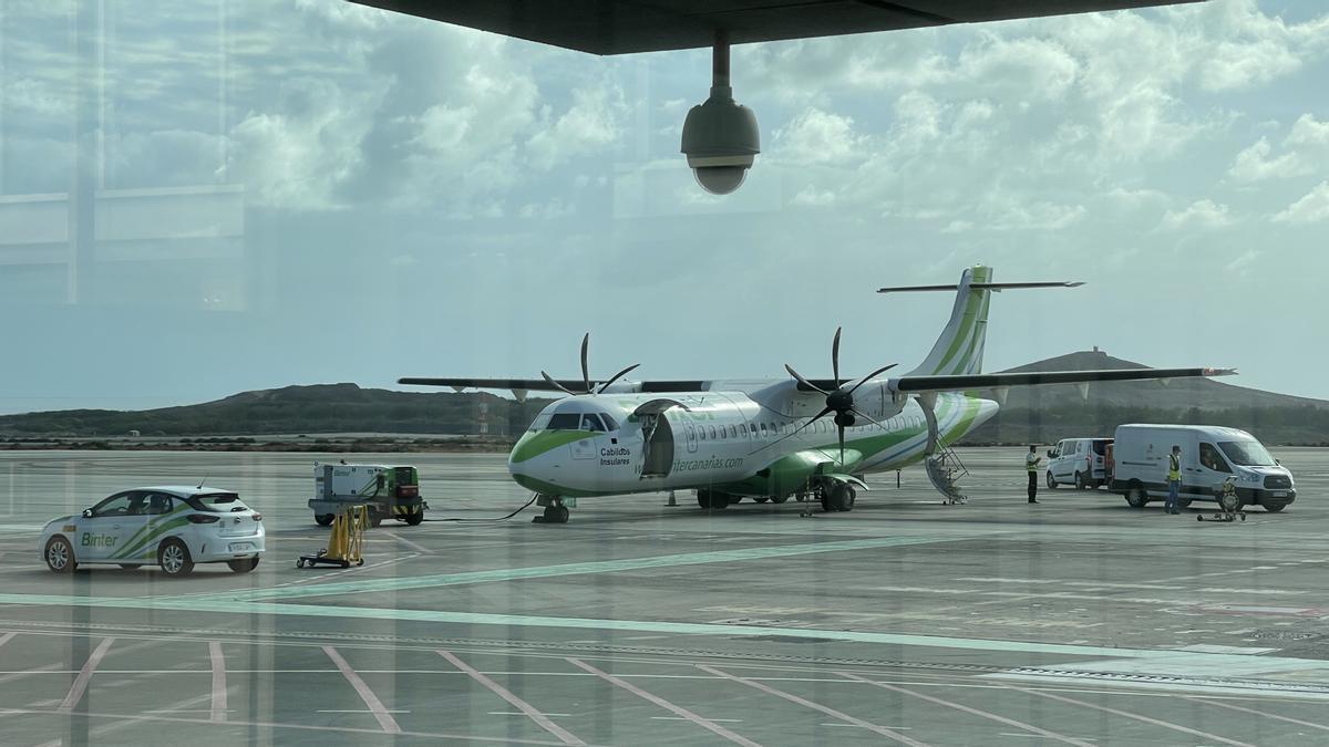 Avión de Binter en el aeropuerto de La Palma. / FOTO: ALEJANDRO RAMOS