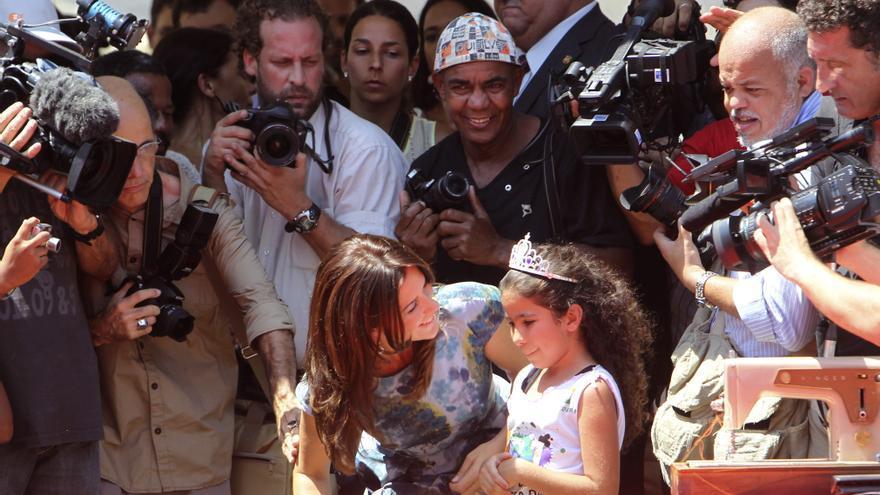 Niñas de una favela carioca hacen un desfile de moda para la princesa María de Dinamarca