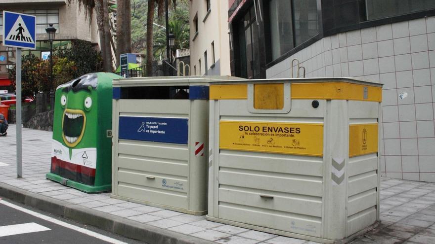 Contenedores de recogida selectiva de residuos situados en la Avenida de El Puente de Santa Cruz de La Palma.