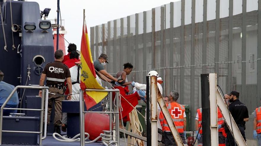 Trasladan al hospital a una inmigrante de la tercera patera interceptada en Almería