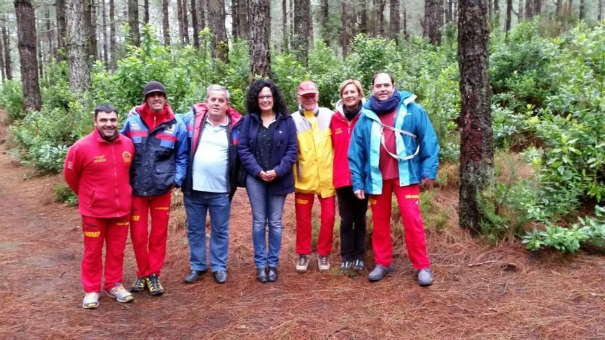 La consejera de Emergencias y Medio Ambiente del Cabildo de La Palma, Nieves Rosa Arroyo, con los miembros de Unidad de Rescate y Emergencias La Palma (UCREP).