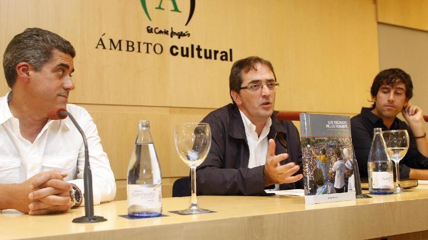 El periodista Juan Galarza (centro), en la presentación de un libro