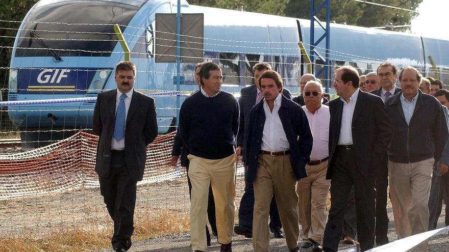 El expresidente del Gobierno, José María Aznar, acompañado el exministro de Fomento, Francisco Alvarez Cascos, durante la visita al tren de alta velocidad de Valladolid