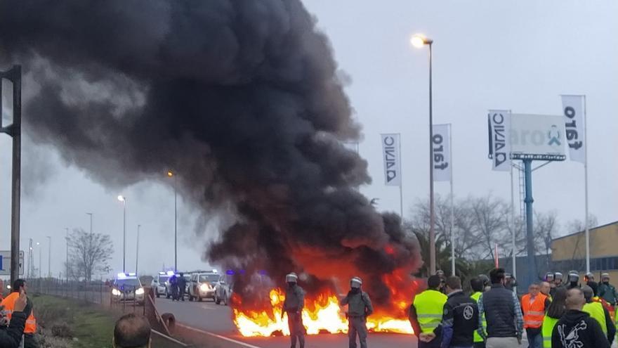 Olivareros cortan la A-4 en La Carolina y queman neumáticos para protestar por los bajos precios