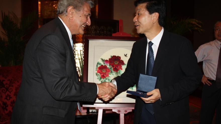 El presidente del Congreso saluda al vicegobernador de Jiangsu, Zang Weiguo, en la ciudad china de Suzhou. / Foto:Congreso