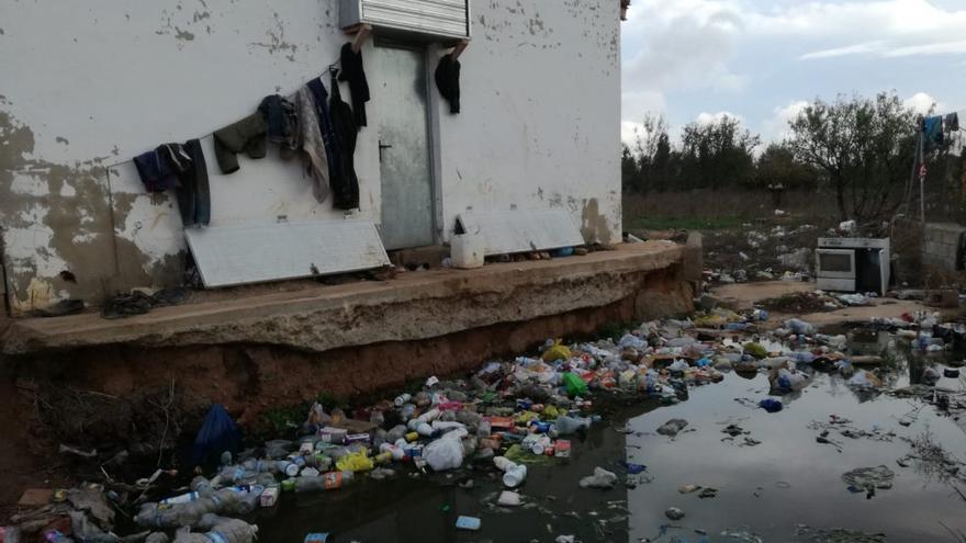 Hacinados, sin medidas higiénicas y pagando por dormir en el suelo: la realidad de los temporeros en el campo albaceteño
