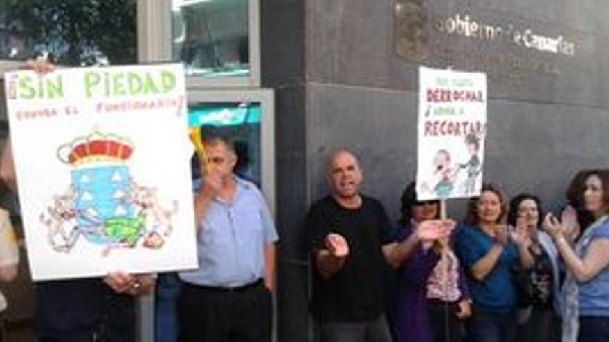 Concentración de trabajadores públicos ante la sede de la Consejería de Presidencia en Las Palmas de Gran Canaria.
