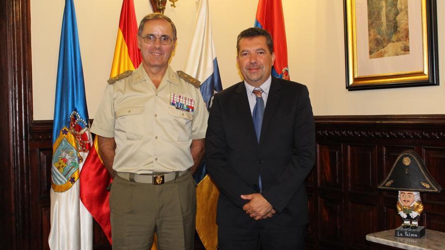 Carlos Palacio, jefe del Mando de Canarias del Ejército de Tierra; y Juanjo Cabrera, alcalde de Santa Cruz de La Palma.