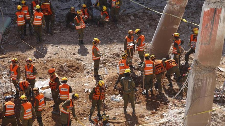 Dos muertos y cinco desaparecidos tras el derrumbe de un edificio en Tel Aviv