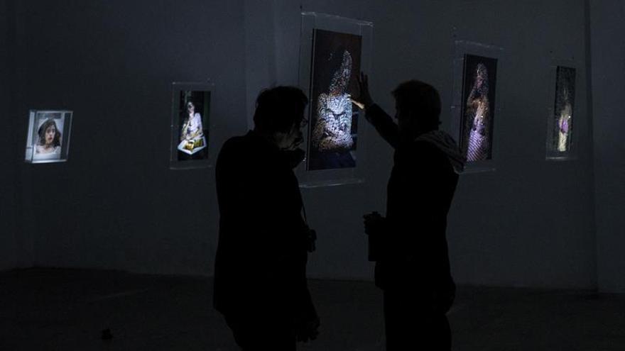 """Juan Saliquet da vida a su """"Galería de Retratos"""" jugando con luz y volumen"""