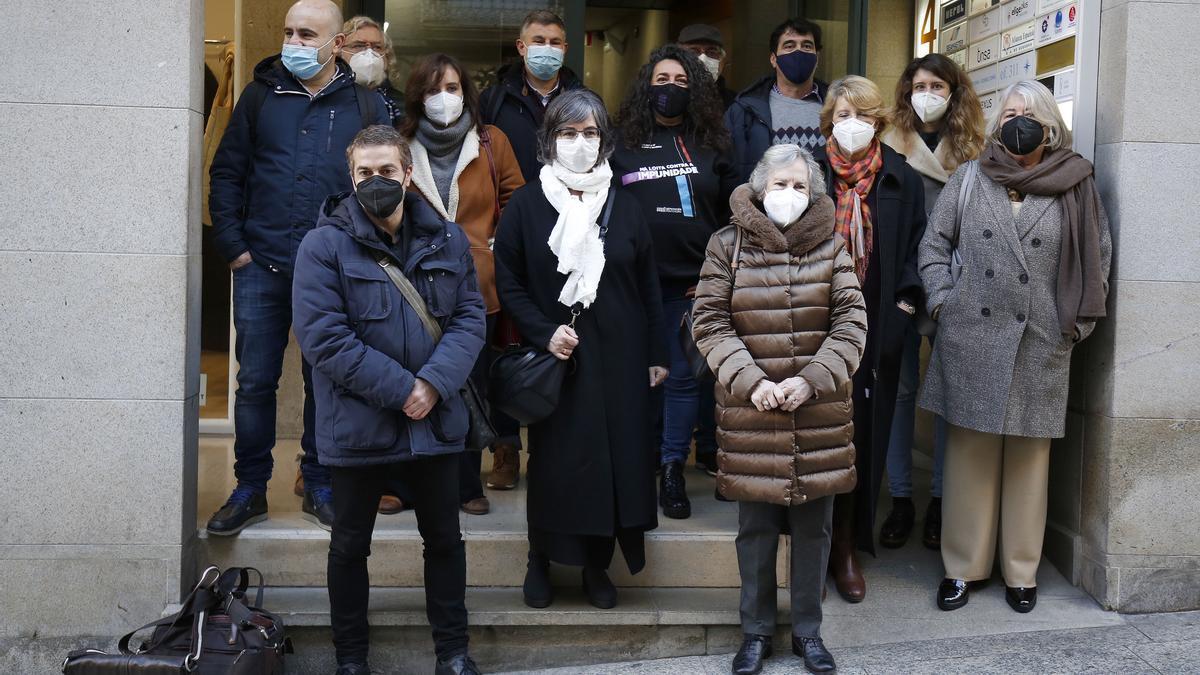 Las familias de cinco víctimas del franquismo, tras presentar la documentación ante el consulado de Argentina en Vigo