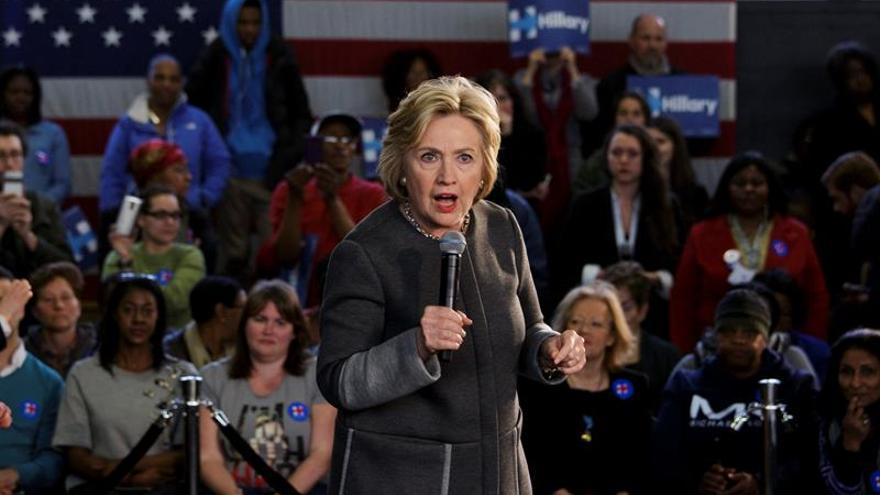 Clinton ha recibido críticas por aceptar dinero para su campaña de empresas de hidrocarburos..