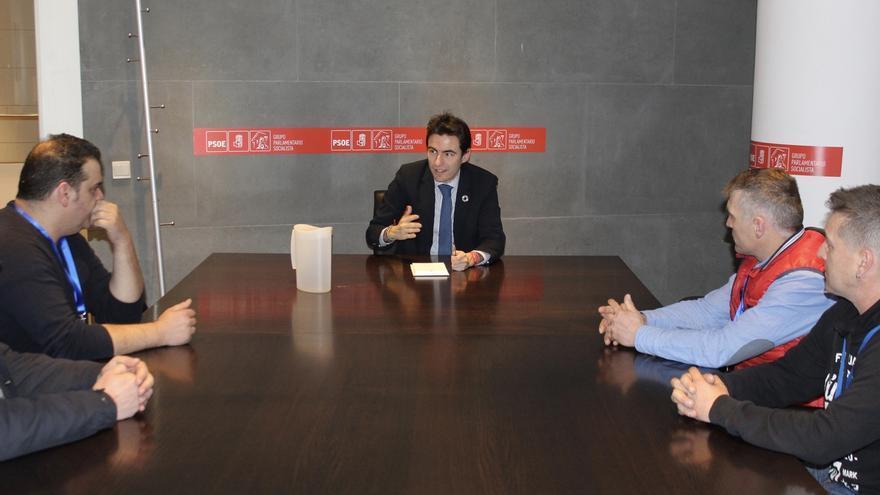 """Casares asegura a la plantilla de Ferroatlántica que el Gobierno """"avanza"""" en tareas para reducir el coste energético"""
