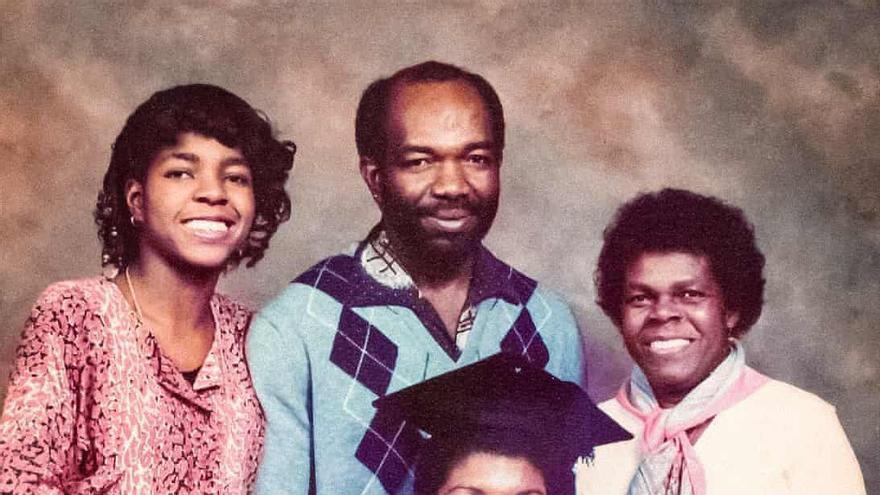 Ivan Anglin con su familia cuando asistió a la graduación de su hija Angela.