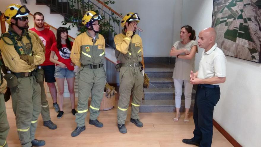 Los bomberos en el interior de las oficinas