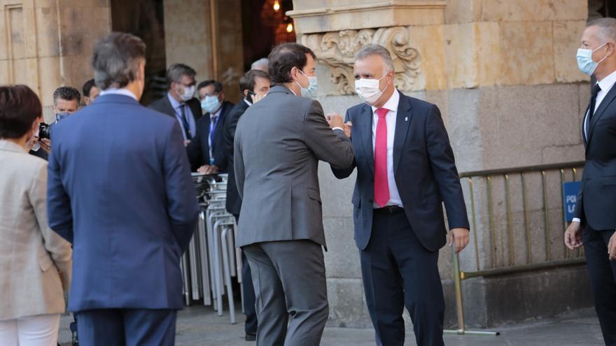 El presidente de Castilla y León, Alonso Fernández Mañueco (i), saluda al presidente de Canarias, Angel Víctor Torres (d), a su llegada a la Plaza Mayor de Salamanca para celebrar la XXIV Conferencia de Presidentes