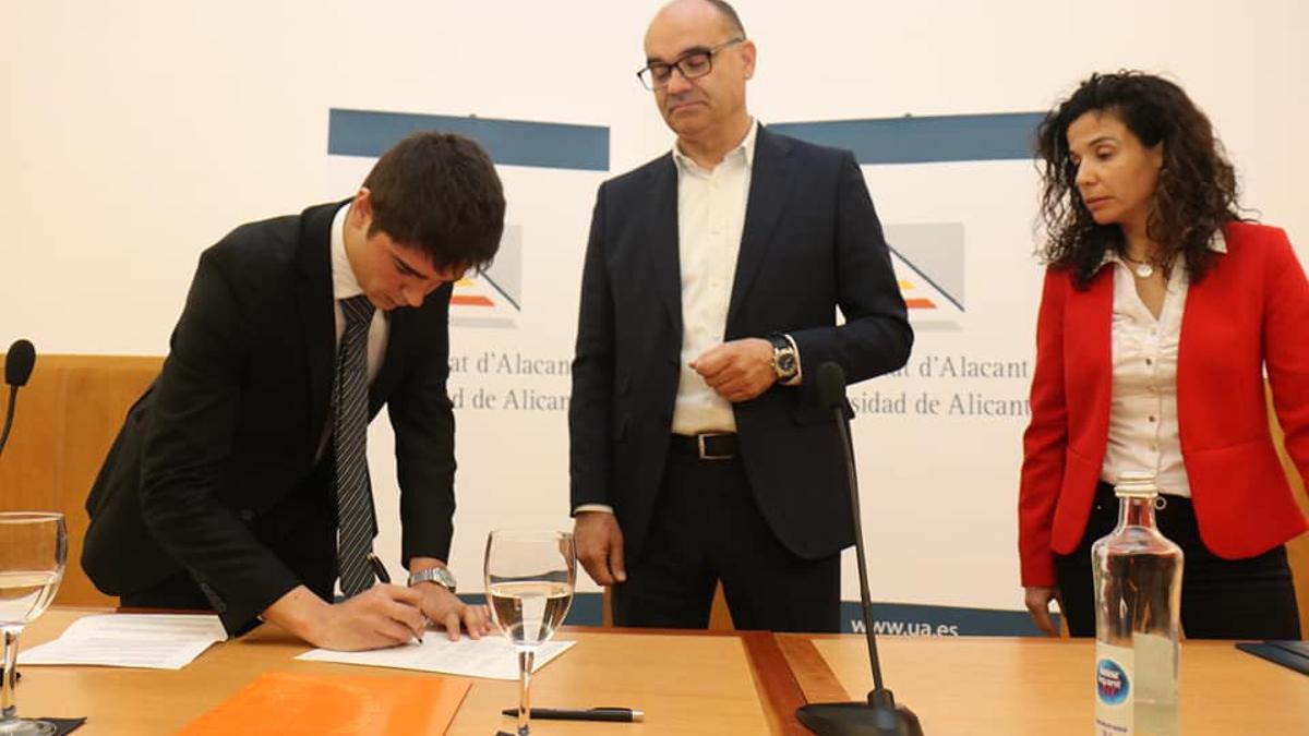 Asencio durante su toma de posesión como presidente del Consejo de Estudiantes de la Universidad de Alicante.