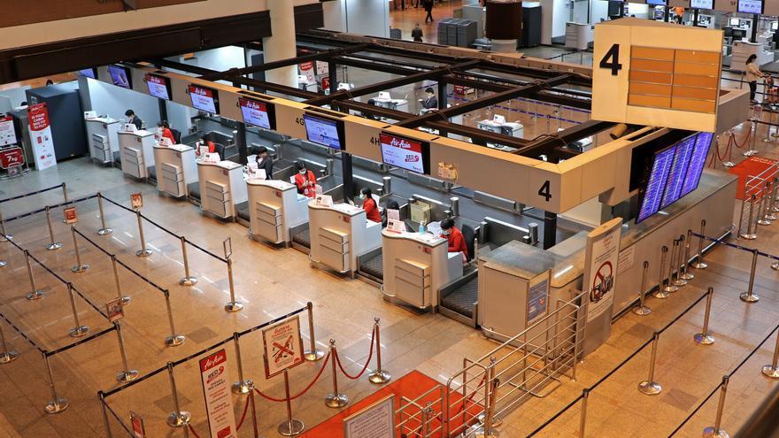 Mostradores de facturación vacíos por la cancelación de vuelos por el coronavirus en Tailandia.