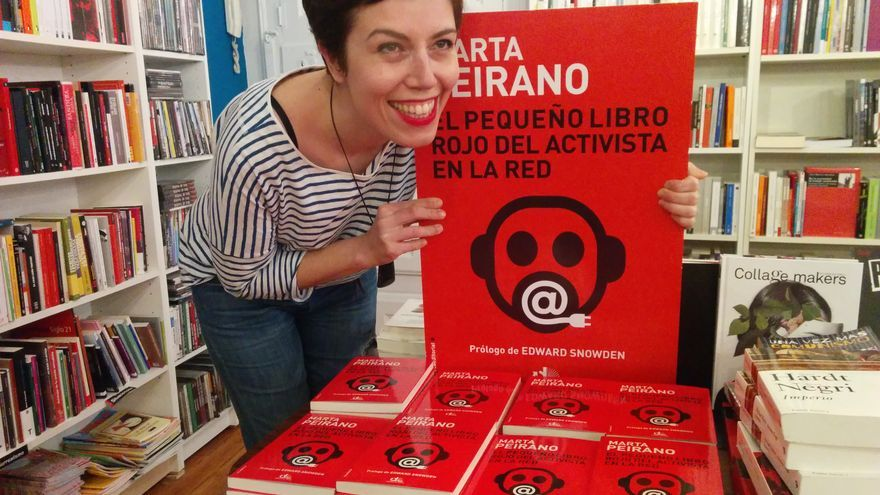 Marta Peirano, sonriendo con su libro en la librería donde se hizo la presentación