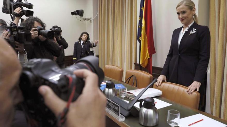 Cristina Cifuentes, antes de comenzar la comparecencia en el Congreso. / Efe