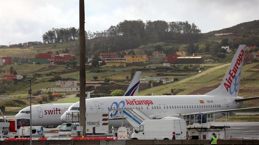 Dos aviones de las compañías españolas Air Europa y Swiftair parados en el aeropuerto Tenerife Norte-Ciudad de La Laguna .