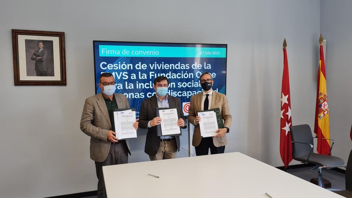 Firma del convenio entre la EMSV y la Fundación ONCE