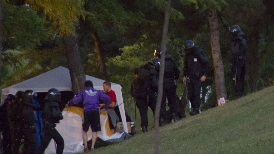 La policía desaloja la acampada de parados en Vallecas / Foto: Isabel Montenegro