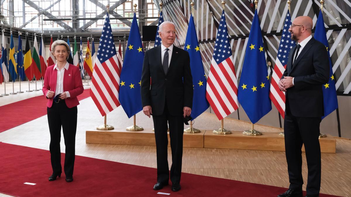 La presidenta de la Comisión Europea, Ursula Von der Leyen; el presidente de EEUU, Joe Biden; y el presidente del Consejo Europeo, Charles Michel, el 15 de junio en Bruselas.