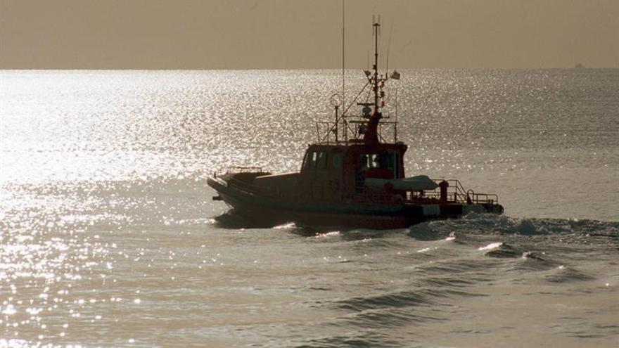Buscan a más de un centenar de inmigrantes en tres pateras en mar de Alborán