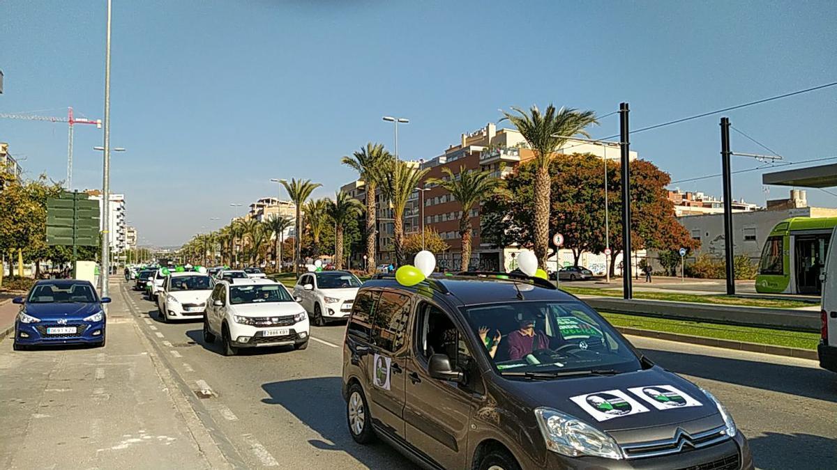 Decenas de coches con globos verdes salen a las calles de Murcia para exigir refuerzos en la educación y sanidad públicas