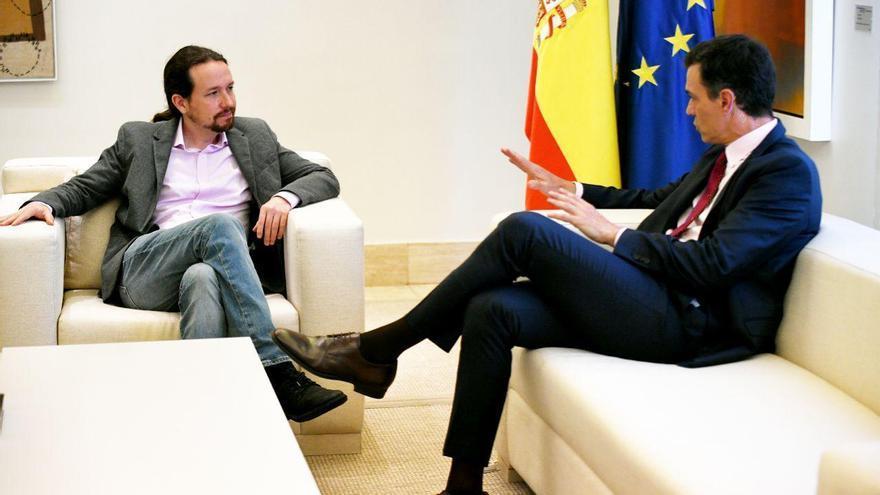 El presidente del Gobierno, Pedro Sánchez, y el líder de Unidos Podemos, Pablo Iglesias, durante su reunión en la Moncloa.