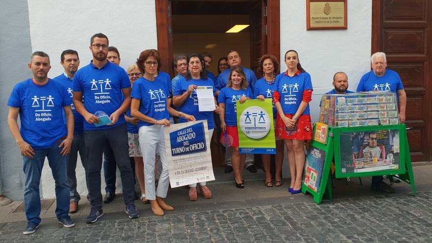 Concentración de letrados este jueves en el Colegio de Abogados de Santa Cruz de La Palma.