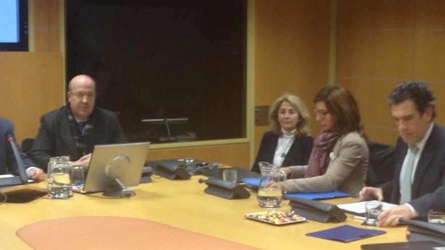 Calparsoro (en el centro) junto a Adán (su izquierda) en una comparecencia en el Parlamento vasco.