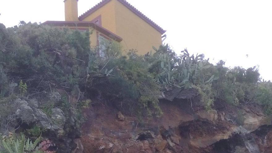 Imagen del derrumbe registrado en la carretera de Tenagua a Martín Luis. Foto. BOMBEROS LA PALMA.