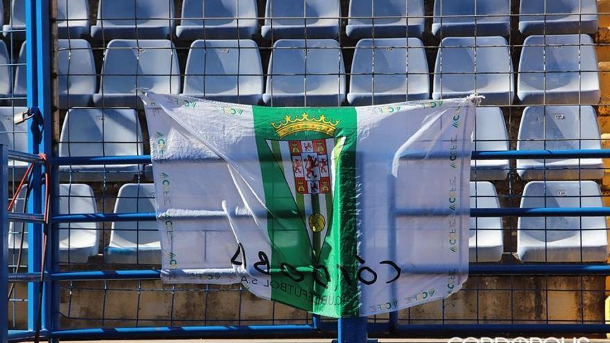 Bandera del Córdoba en la grada del Francisco de la Hera de Almendralejo | FRAN PÉREZ