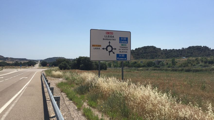 Carretera N-240 junto a Siétamo con salida hacía la autovía Huesca-Lérida.