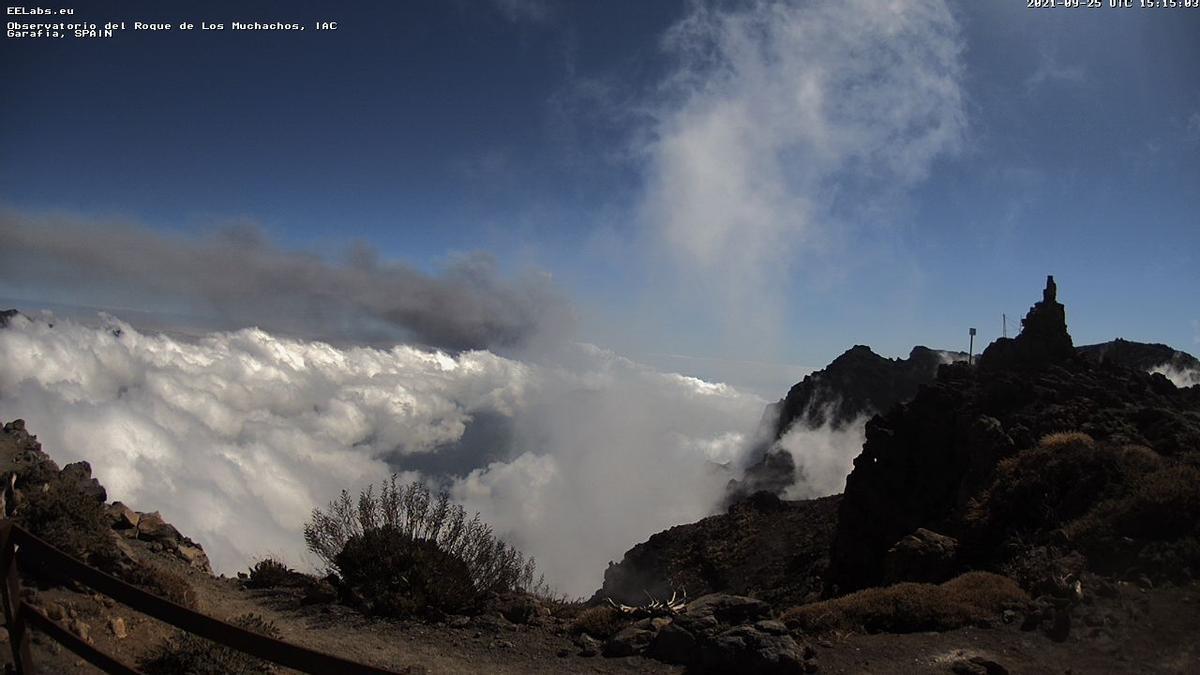 Cumbres de La Palma, este sábado, 25 de septiembre, en la que se aprecia, sobre las nubes, la ceniza (gris) del volcán. Imagen captada de la webcam del IAC en el Roque de Los Muchachos.