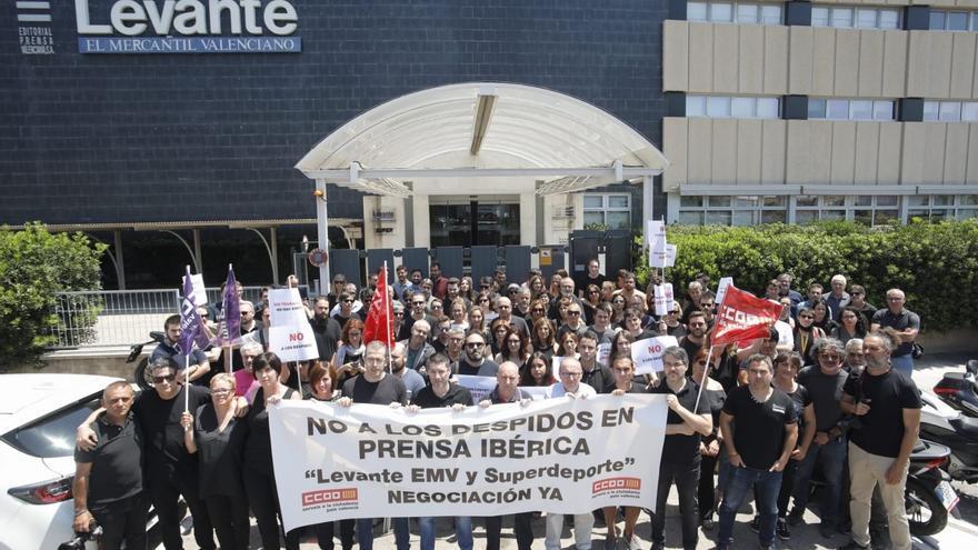 Empleados de Editorial Prensa Ibérica concentrados frente a la redacción de Levante-EMV.