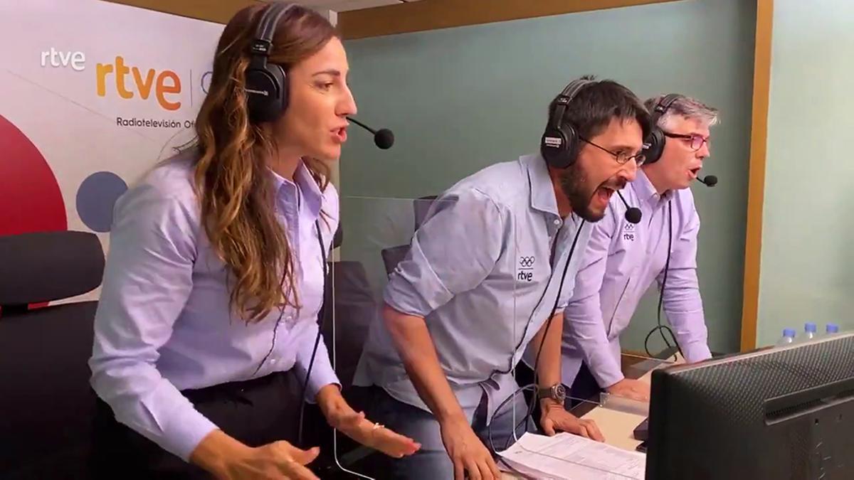 La euforia de Eli Pinedo, Paco Caro  y Alberto Urdiales por el pase de los Hispanos